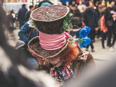 straatartiest bij straatfestival optreden